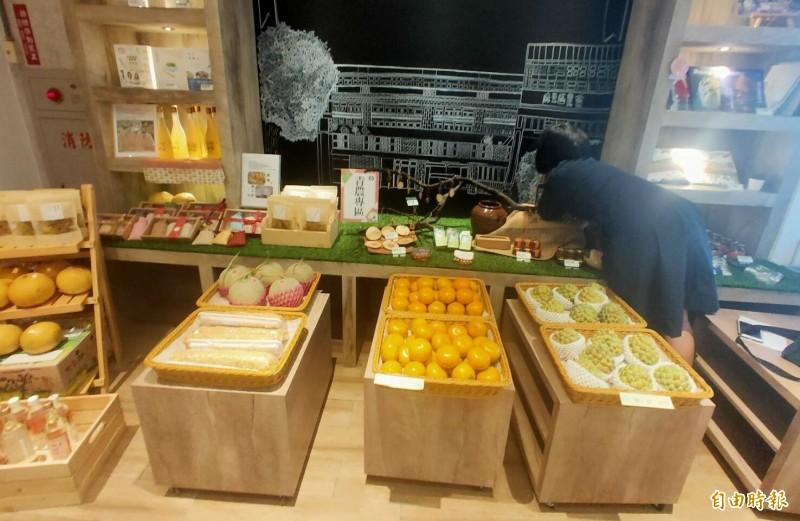 麻豆農會超市青農專區幫助青農販售農產。(記者楊金城攝)