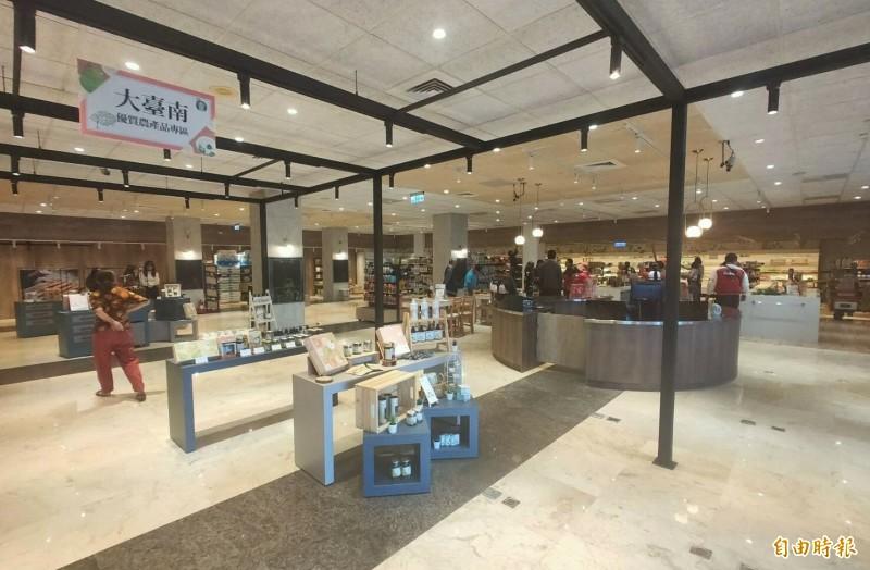 麻豆區農會超市改裝大變身,購物環境有如百貨公司。(記者楊金城攝)