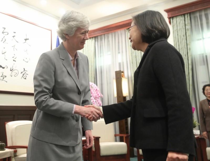 總統蔡英文(右)17日上午在總統府接見英國在台辦事處代表唐凱琳(Catherine Nettleton)(左),兩人握手致意。(中央社)