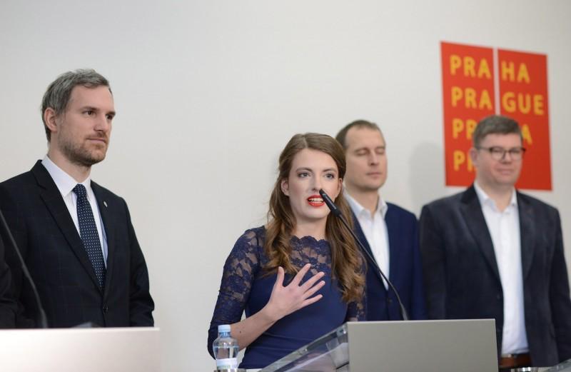 布拉格市議員克勞斯娃(中)在海盜黨的中國政策扮演重要角色。(中央社,捷克海盜黨提供)