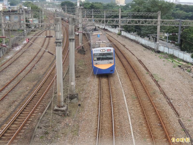 台鐵16日發生一起列車過站未停的事故,地點就在2年前發生普悠瑪事故的新馬車站。圖為台鐵列車經過新馬車站的資料畫面。(記者江志雄攝)