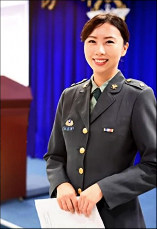 國防部心戰大隊女少校林佳璇曾主持國軍「莒光園地」節目。(翻攝自華視頻道「莒光園地」節目)