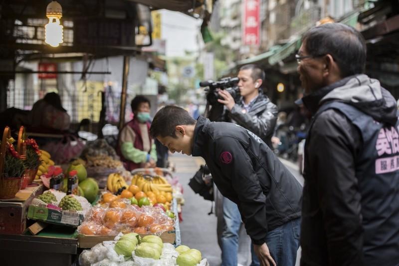 吳怡農持續到市場謝票,90度鞠躬向攤商、選民表達感謝。(吳怡農競選辦公室提供)