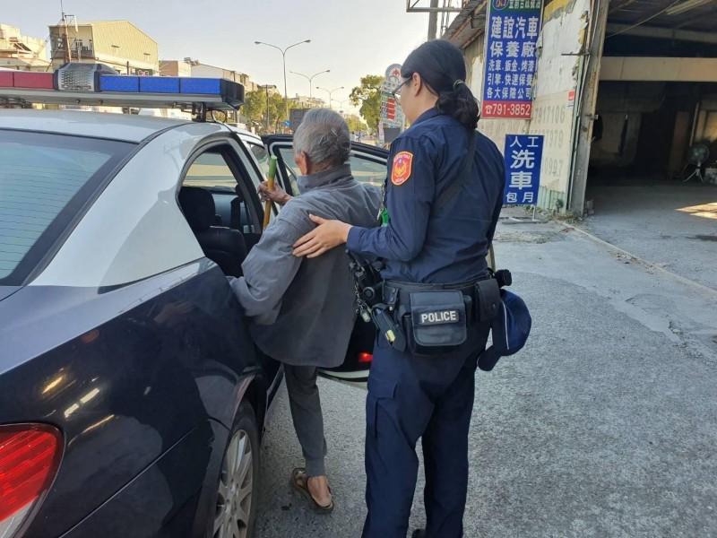 員警護送老翁返家。(記者洪定宏翻攝)