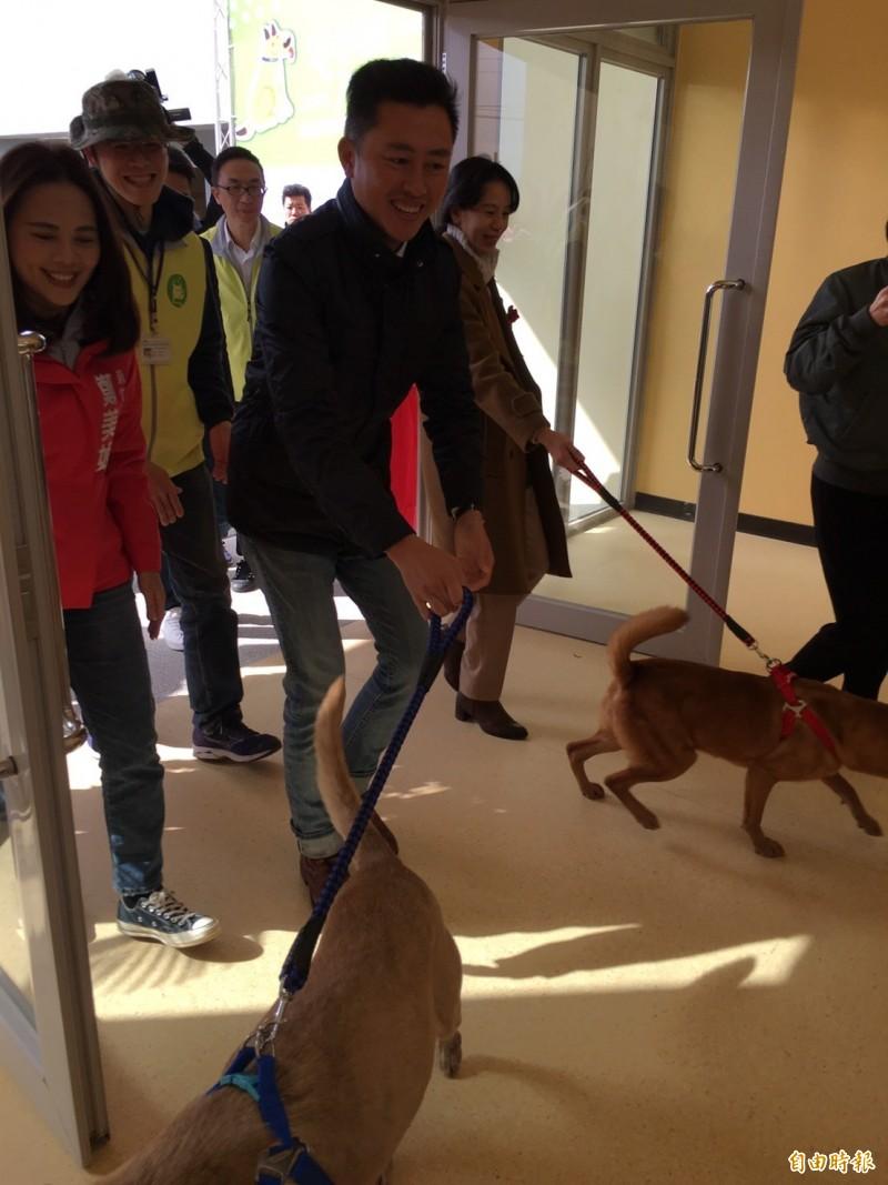 新竹市全新動保教育園區今天啟用,市長林智堅引領毛小孩如新居,並參觀居住環境和醫療室,未來可收容400隻犬貓,提供友善的收容空間,歡迎市民來參觀及認養。(記者洪美秀攝)