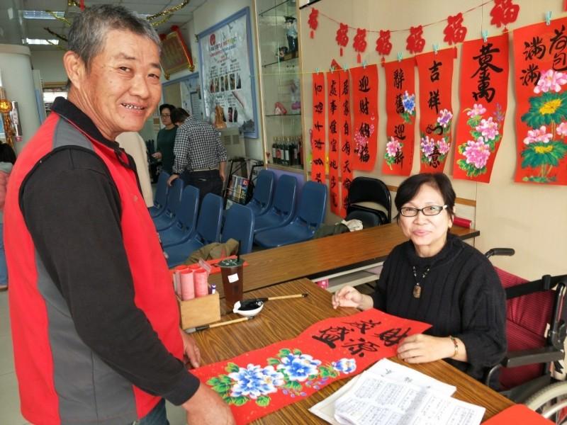 藝術家囍芸(右)寫春聯、年畫,滿滿喜氣年味。(記者林國賢翻攝)