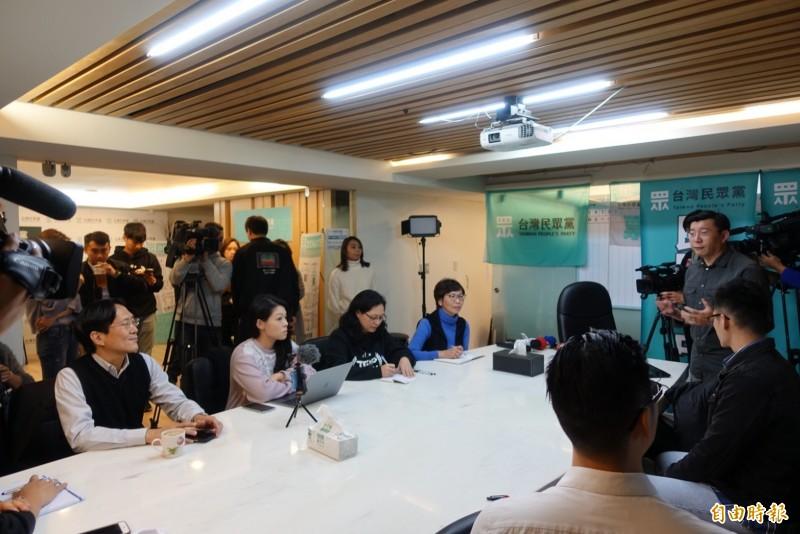 台灣民眾黨今天午請來公民監督國會聯盟執行長張宏林,替五位立委當選人上課。(記者沈佩瑤攝)