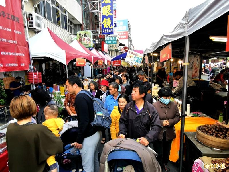 台南新化年貨大街開賣,人潮湧入。(記者吳俊鋒攝)