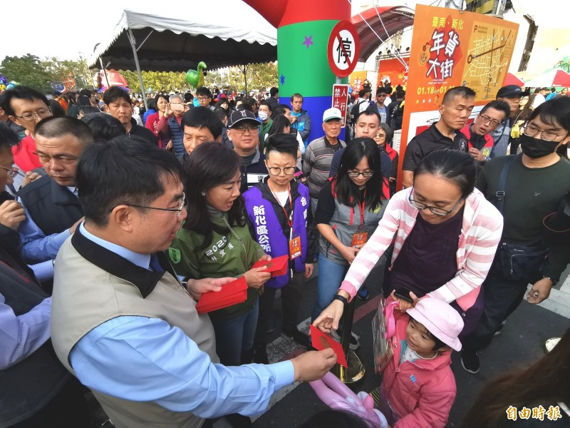市長黄偉哲現場發放紅包,提前向民眾賀歲。(記者吳俊鋒攝)