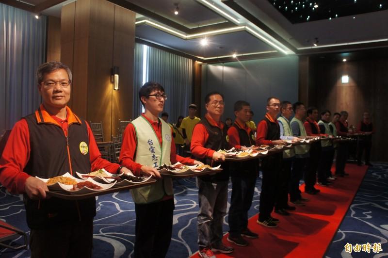 台電志工為長者們端菜,提供最舒適的服務。(記者劉禹慶攝)
