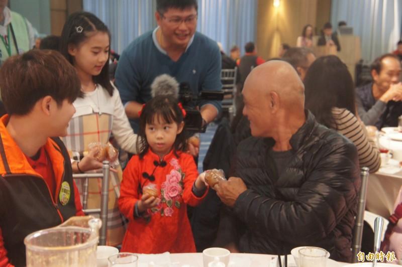 台電安排送炸棗小童,帶動現場喜慶氣氛。(記者劉禹慶攝)