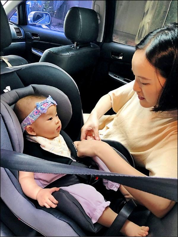 兩歲以下幼童頸椎未發育完整,發生車禍時,會因甩鞭效應,造成頸椎斷裂或嚴重傷害,交部規劃需乘坐後向式安全座椅。(資料照,讀者提供)