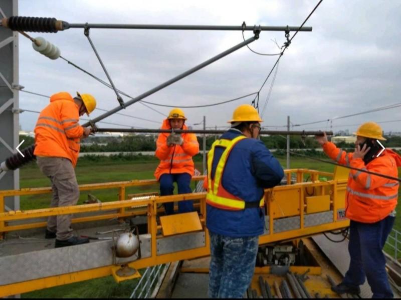 台鐵電務處人員立即到現場進行搶修斷掉的電車線懸臂。(台鐵提供)