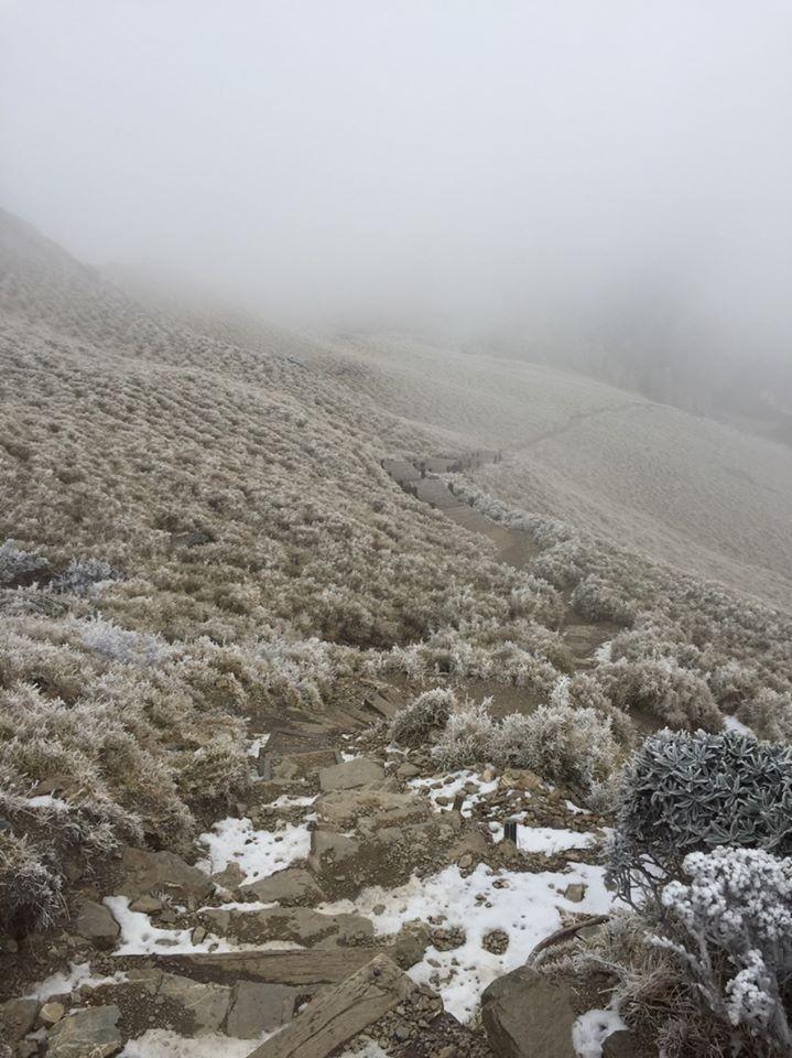 淡淡的白色美景讓網友大讚。(圖翻攝自臉書「太魯閣國家公園」)