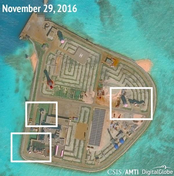 AMTI2016年公布南沙群島「赤瓜礁」的衛星照片,發現中國已經部署防空武器以及近迫武器系統。(路透檔案照)
