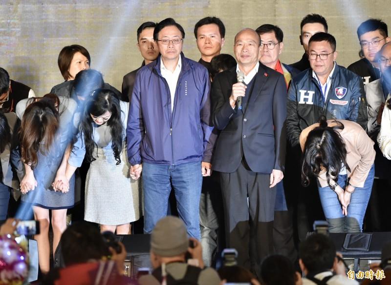 高雄市長韓國瑜(右2)11日晚間發表敗選感言後隨即缺席國際記者會,事後被抓包去跑去吃汕頭火鍋。(資料照)