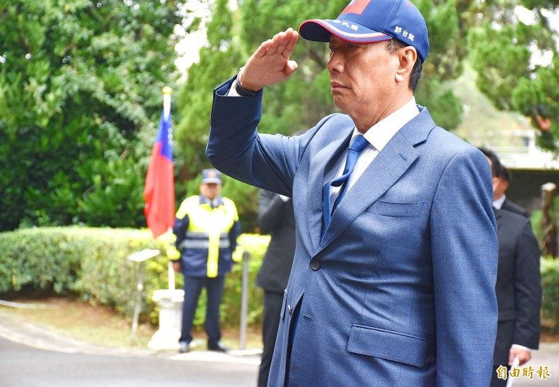 Hon Hai Precision Industry Co founder Terry Gou pays his respects at former president Chiang Ching-kuo's mausoleum in Taoyuan's Dasi District on Monday. Photo: Lee Jung-ping, Taipei Times