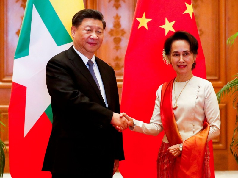 中緬雙方今(18)日簽署了33項協議,加速中國在緬甸停滯不前的舊有「一帶一路」合作計畫,《路透》以習近平「追求」(courts)翁山蘇姬來形容。(法新社)