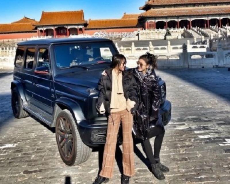 中國富家女開著賓士越野車和朋友進入北京故宮(紫禁城)拍照,但紫禁城向來都是禁行車輛,她們可能是職員放行才能進入。(圖擷自微博)