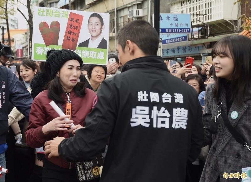 民進黨台北市第3選區立委候選人吳怡農,今天到鄰近捷運民權西路站的謙和市場進行最終回謝票,一位支持民眾激動落淚。(記者簡榮豐攝)