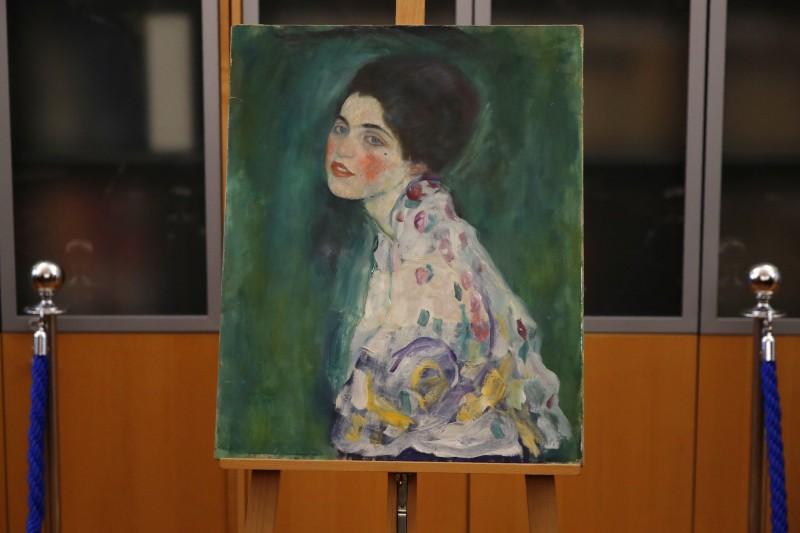 義大利里奇‧奧迪(Ricci Oddi)美術館1997年遺失名畫《淑女肖像》,但去年12月園丁在清理美術館外牆時,赫然發現畫作就在藤蔓之下,如今義大利當局證實這是原畫,估價在6000萬歐元(約新台幣20億元)左右。(美聯社)
