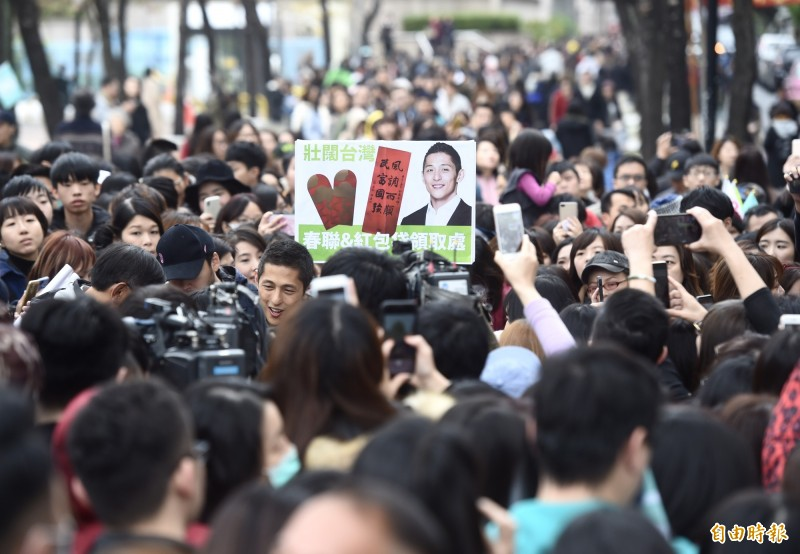 選戰失利的民進黨立委候選人吳怡農18日在謙和市場謝票,發送限量400份小英春聯及200份小英紅包袋,支持民眾大排長龍。(記者簡榮豐攝)
