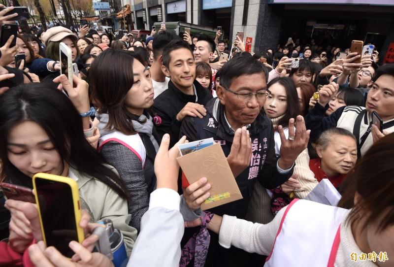 民進黨立委候選人吳怡農18日在謙和市場謝票,現場人氣旺。(記者簡榮豐攝)