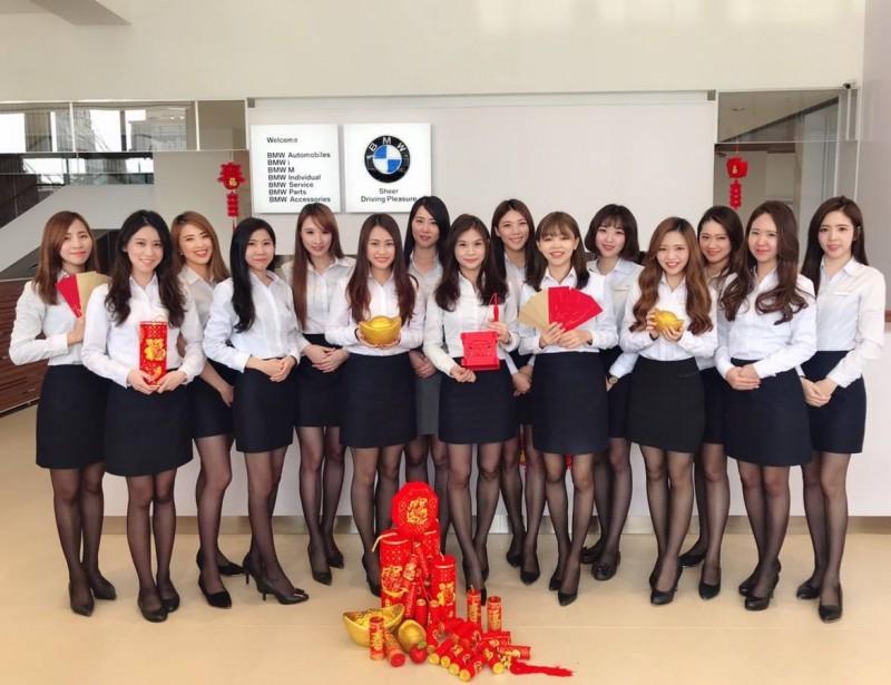 其實,去年台南汎德也有PO出類似的拜年照片,被轉到PTT車板上引發討論,有眼尖的網友看出照片是在台南泛德永康服務中心所拍攝。(圖擷取自臉書)