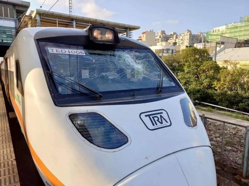 台鐵太魯閣號疑遭電車線懸臂撞擊,駕駛室玻璃破碎。(取自「合鐵事故通報平台」)