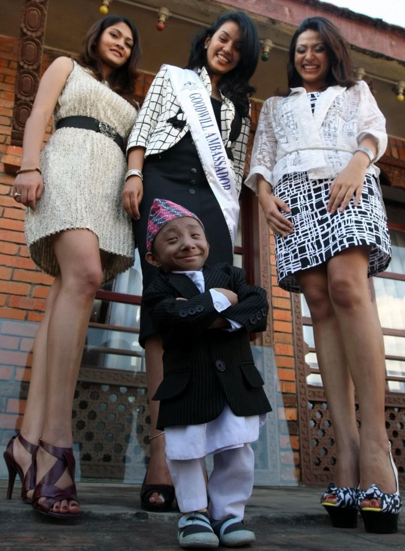 馬加爾於2010年18歲生日獲得金氏世界紀錄認證,並與長腿美女合照。(法新社)