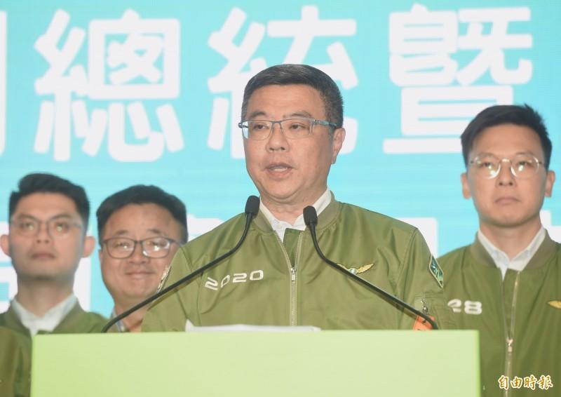 圖為民進黨主席卓榮泰在國際記者會回覆問答情況,身上外套即是民進黨飛行夾克。(資料照)