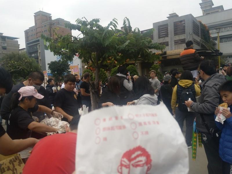 3點活動開始前現場早已湧入大量人車,人潮更是塞爆蘆洲柳堤公園與附近馬路。(圖擷取自飆捍臉書)