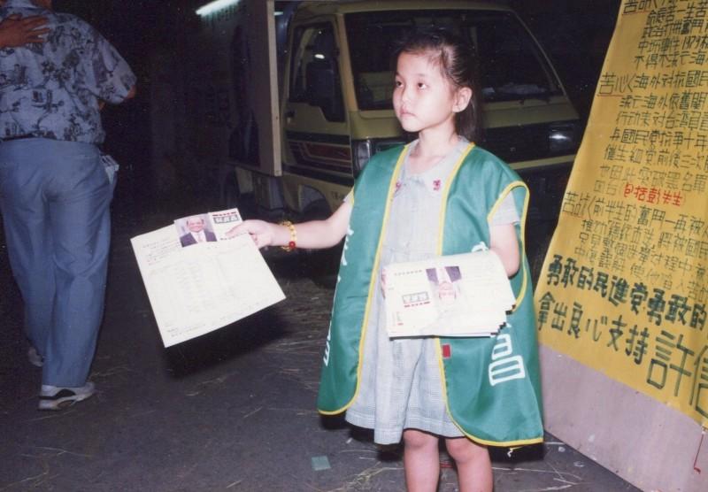 蘇貞昌的小小女助選員盧沛伶從小就為蘇貞昌發傳單助選。(記者葉永騫翻攝)