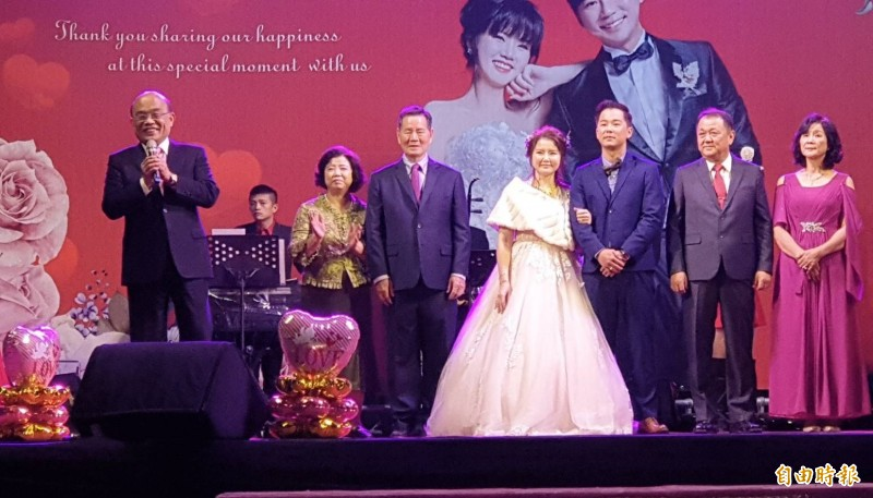 行政院長蘇貞昌特別回屏東為小小女助選員盧沛伶主持婚宴。(記者葉永騫攝)