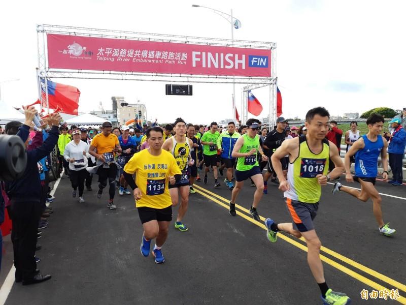 太平溪路堤共構通車前路跑,10公里組選手邁開大步。(記者黃明堂攝)