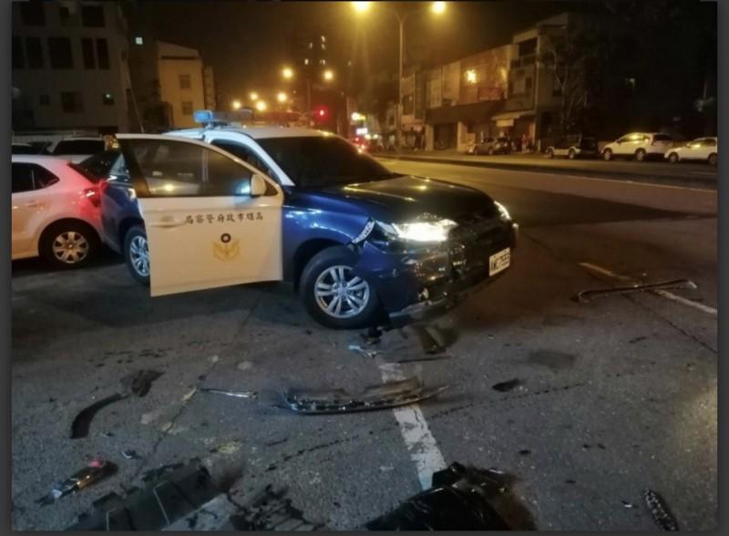 衝撞警車遭開22槍的歹徒戴姓男子落網,高市刑大還搜出槍彈及毒品,警車當時被撞車身嚴重受損。(記者黃良傑翻攝)