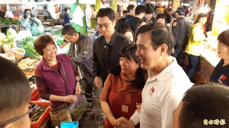 前總統馬英九今天早上到台東市中央市場拜年。(記者黃明堂攝)