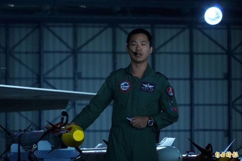 空軍軍官手扶AIM-9X飛彈並予以介紹。(記者涂鉅旻攝)