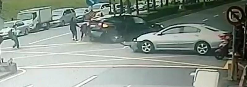 監視器畫面拍下車禍過程。(記者王宣晴翻攝)