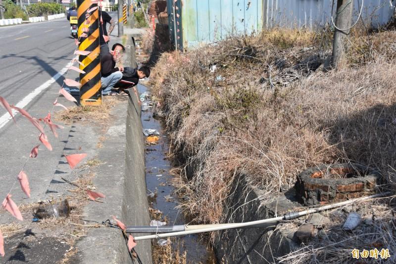 死者家屬在大排水溝查看事發現場(記者葉永騫攝)