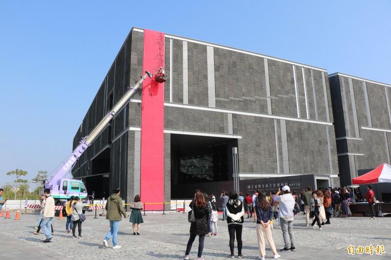書法家陳世憲從7層樓高的地方開始寫書法,吸引不少民眾圍觀欣賞。(記者萬于甄攝)