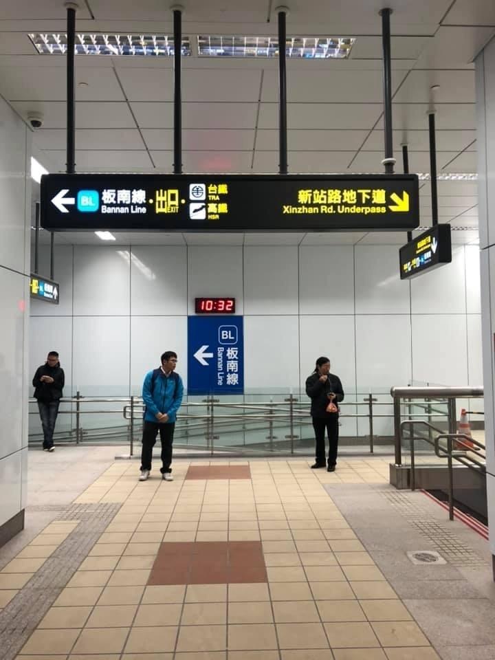 捷運新北環狀線今天開放試乘,在板橋新站的轉乘區只有樓梯,沒有電動手扶梯。(圖由市議員何博文提供)