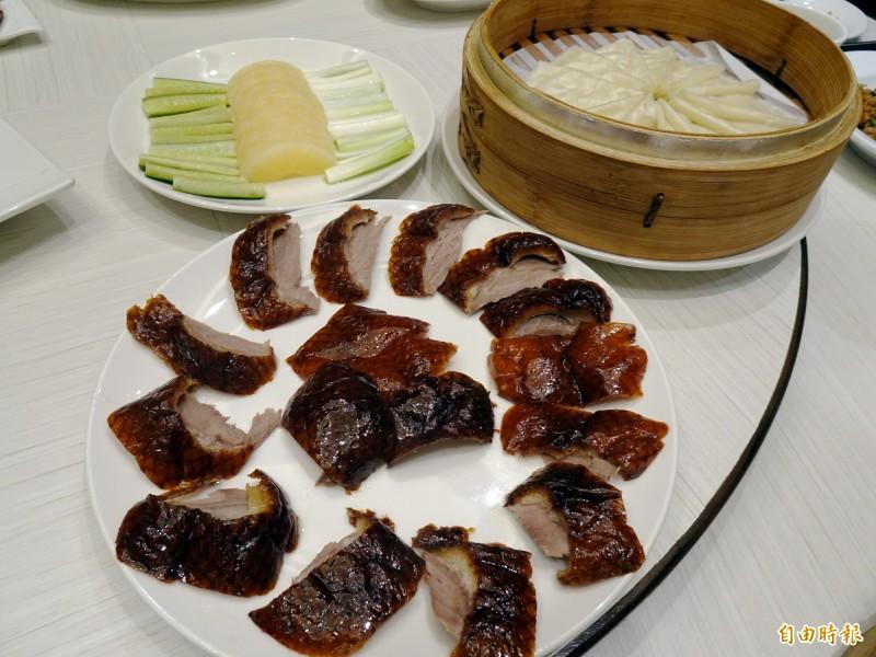銅鑼灣港式餐廳的片鴨是包著鳳梨一起吃。(記者張菁雅攝)
