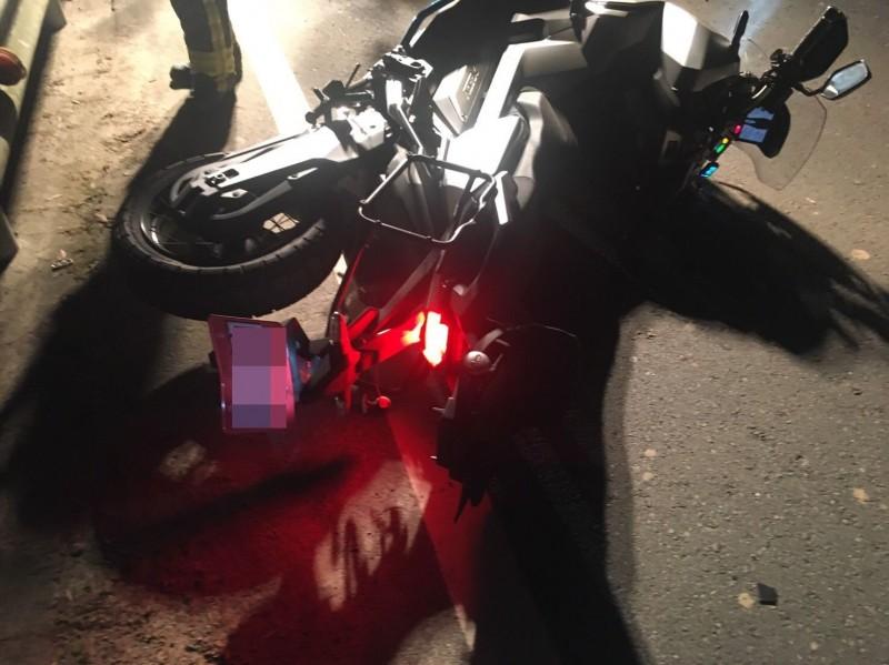 陳男所騎大重機摔路旁,他跟女友則墜落路旁果園內。(圖:苗栗縣消防局提供)