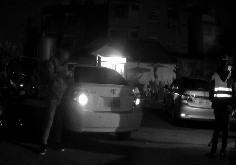 今天清晨彰化市中華西路傳出打群架,警方據報派出快打部隊到場,眾人雖一哄而散,仍有12人遭逮。(記者湯世名翻攝)