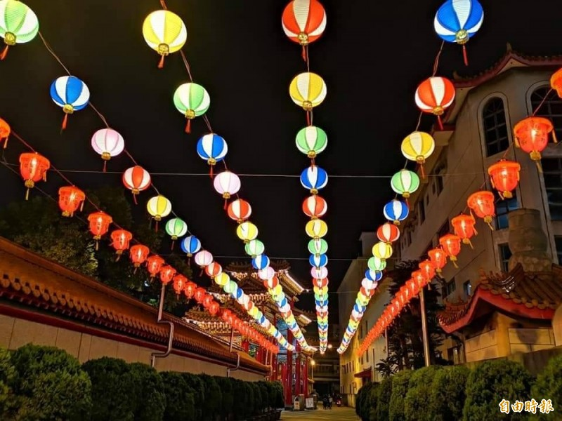 五甲龍成宮今年首度與教育局合辦花燈比賽,妝點呈現喜氣洋洋。(記者陳文嬋攝)