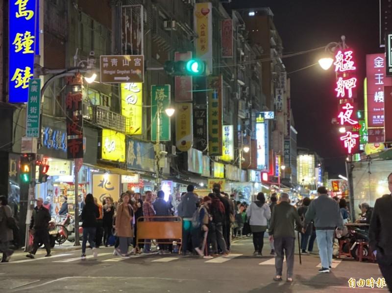 艋舺夜市有不少便宜小吃。(記者楊心慧攝)