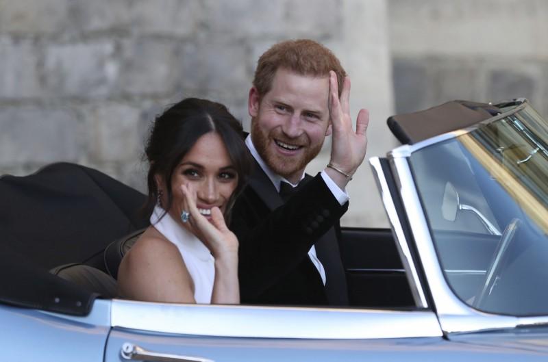 英國王室發表聲明表示,哈利王子(右)和梅根(左)不再是英國王室的工作成員,不得再使用「殿下」頭銜(HRH)。(美聯社)