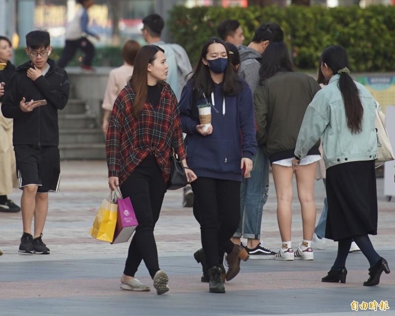 明天冷氣團強度有減弱趨勢,不過北台灣、宜花地區白天溫度因水氣較多,回升程度有限,中南部日夜溫差仍大,民眾需視天氣變化攜帶保暖衣物。(資料照)