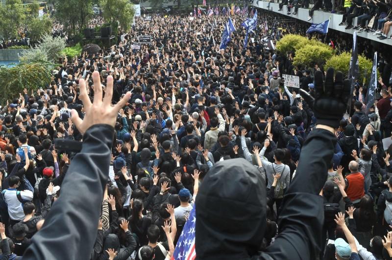 香港民眾今日再度舉辦集會,擠爆中環遮打花園。(美聯社)